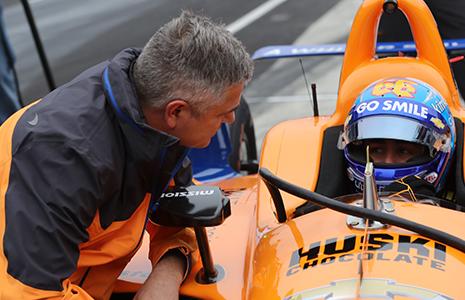 Gil de Ferran speaks with Fernando Alonso