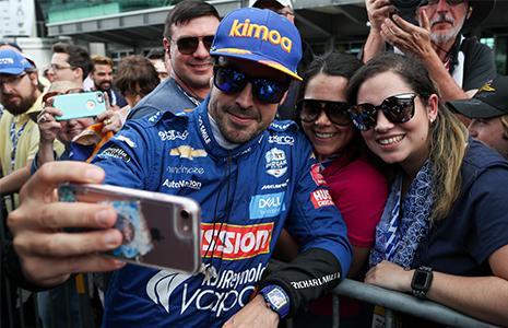 Alonso takes selfie