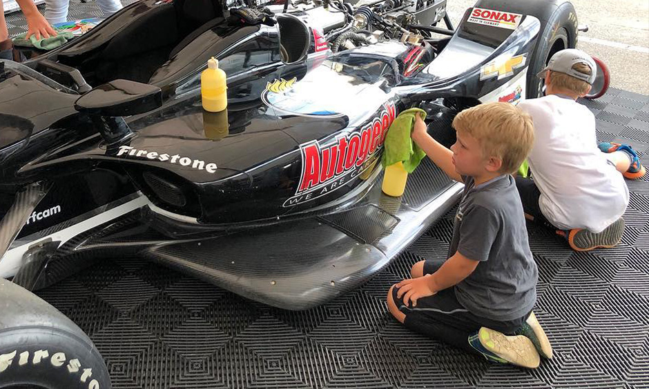 Ed Carpenter kids cleaning race car