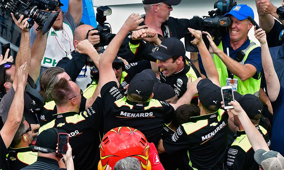 Simon Pagenaud celebrateswith crew