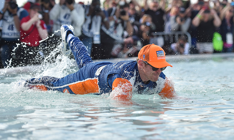 Scott Dixon dives into Scott Fountain Detroit